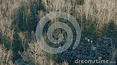 Foto aérea de um velho cemitério russo genérico e árvores sem folhas na primavera filme