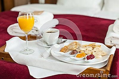 Foto de la bandeja con la comida de desayuno en la cama foto de archivo imagen 38779688 - Bandeja desayuno cama ...