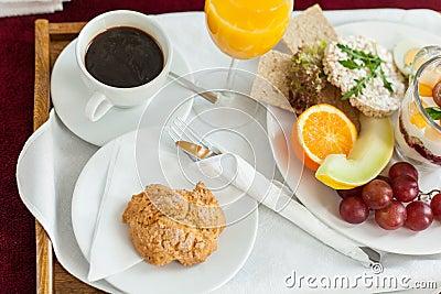 Foto del vassoio con l 39 alimento di prima colazione sul - Colazione a letto immagini ...