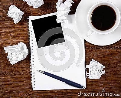 Foto em branco no bloco de notas com pena