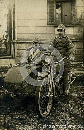 Foto-homens antigos do original 1919 na bicicleta