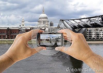 Fotografera på ST Paul Cathedral och milleniumbron