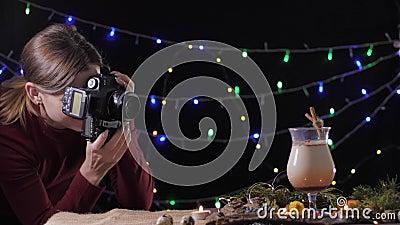 Fotografo profissional em processo de tirar fotos com câmera reflexa de um cocktail tradicional, feito em casa para vídeos de arquivo