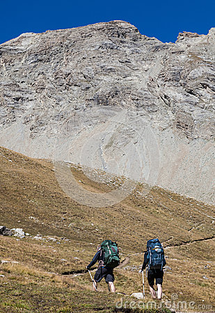 Fotvandra i alpsna Redaktionell Fotografering för Bildbyråer