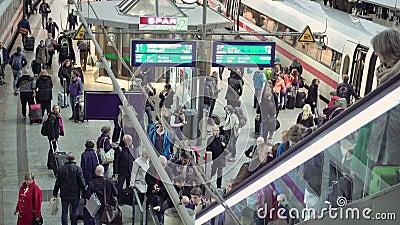 Foule de personnes sur le terminal de gare ferroviaire banque de vidéos