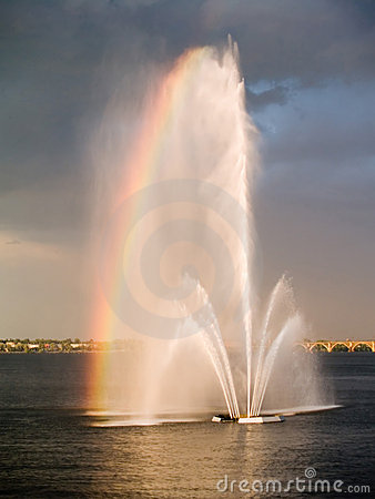 Free Fountain On A River, Rainbow Royalty Free Stock Photos - 3045598