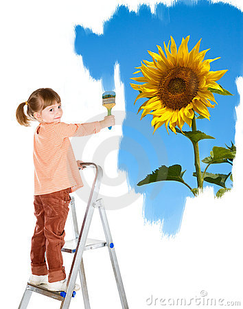 Four-year girl on a ladder and draws a picture.