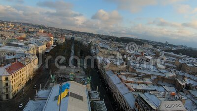 FPV-drone vliegt boven het dak van de Lviv Opera en het Ballet Theater bij zonsondergang Oekraïnse vlag in het midden van het kad stock videobeelden