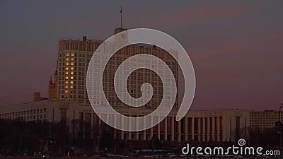 Från den ryska federationen regerings- hus moscow tung trafik Solnedgång 4K arkivfilmer