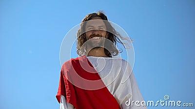 Fröhlicher Gott Jesus lacht aus dem Himmel in die Kamera, Konzept, um das Leben zu genießen stock footage