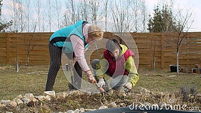 Frühlingsarbeiten im Garten stock video footage