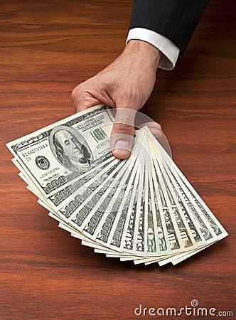 För dollarhand för affär kontant pengar