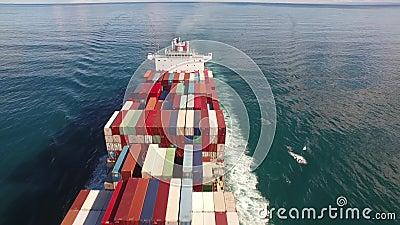 Frachtcontainerschiff segelt durch das Meer, Meereswogen im offenen Wasser 4k