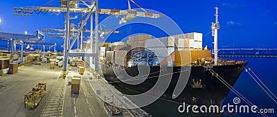 Frachtschiff bis zum Nacht