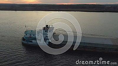 Frachtschiffe, die auf See auf Sonnenuntergangslandschaft schwimmen Frachtschiff mit seitlicher Sicht auf der Luft, mit Fracht, d stock video footage