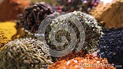 Fragrante, aromático, natural y bueno para la salud, las especias están en la mesa, separadas unas de otras almacen de video
