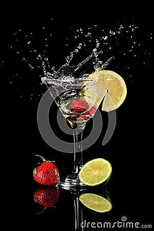 Fraise éclaboussant dans la boisson