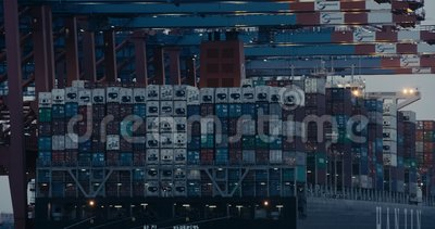 Fraktcontainrar lossas från ett fullpackat lastfartyg/fraktfartyg av Container Cranes Gantry Crane. Skjutit p? R?TT stock video