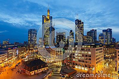 Frankfurt på natten Redaktionell Arkivfoto