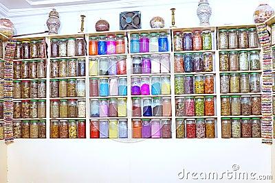 Frascos de vidro em uma loja marroquina da especiaria, C4marraquexe