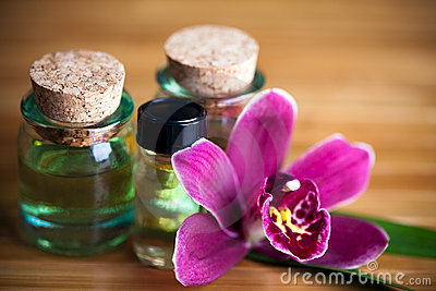 Frascos e orquídea do aroma