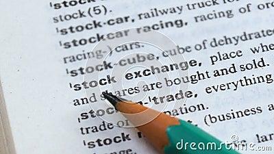 Frase da bolsa de valores no dicionário inglês, ligações que vendem e que compram, comércio vídeos de arquivo