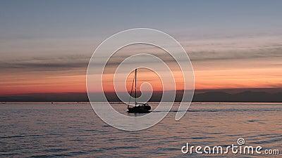 Fraser River Sunset Sailboat, Richmond AVANT JÉSUS CHRIST 4K UHD banque de vidéos