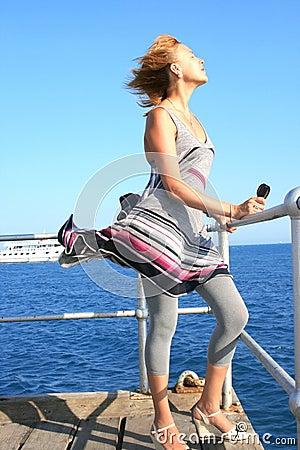 Frau auf Pier