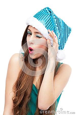 Frau beim Weihnachtshutblinzeln