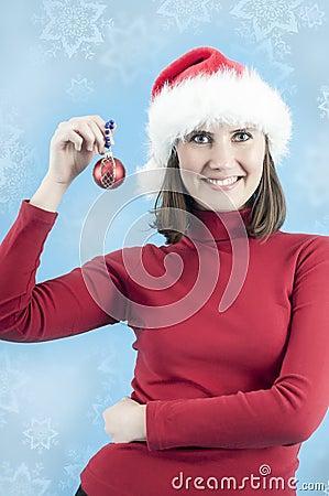 Frau betriebsbereit, den Weihnachtsbaum zu verzieren
