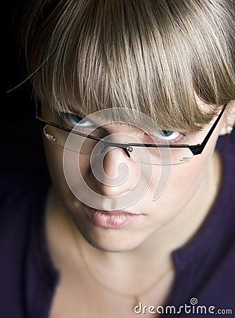 Frau, die über Gläsern anstarrt