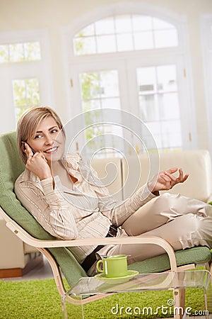 Frau, die über Mobiltelefon spricht