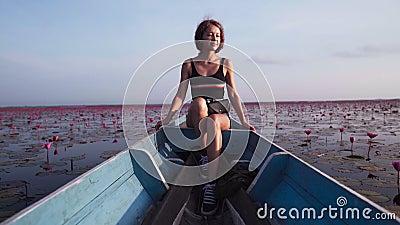 Frau, die auf einem Boot sitzt, während sie segelt stock video