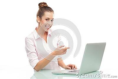Frau, die auf Laptop zeigt