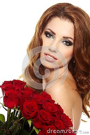 Frau, die Blumenstrauß der roten Rosen anhält
