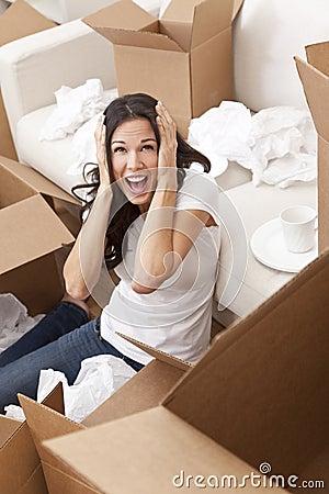 Frau, die die Kästen entpackend verschieben Haus schreit