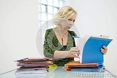 Frau, die durch Dateien schaut