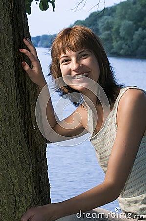 Frau, die durch See sich entspannt
