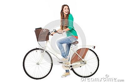 Frau, die ein Fahrrad reitet