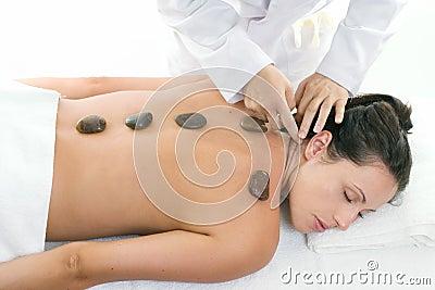 Frau, die eine entspannende Massagebehandlung empfängt