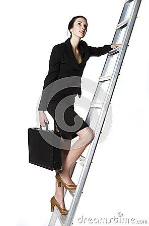 Frau, die eine Strichleiter steigt