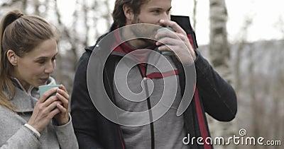 Frau, die Heißgetränk oder Kaffee oder Tee holt, um in kampierendem Platz zu bemannen Verbinden Sie Leute Reise des Liebesherbste stock footage