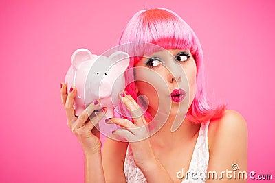 Frau, die ihre piggy Querneigung überprüft
