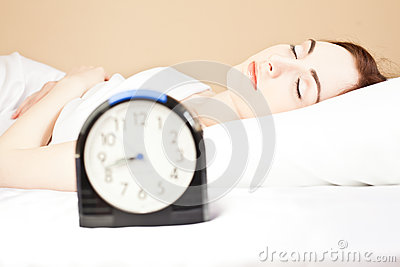 Frau, die im Bett (Fokus, schläft auf Frau)