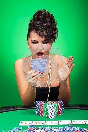 Frau, die Karten überrascht betrachtet