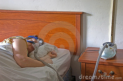 Frau, die mit einer CPAP Maschine schläft