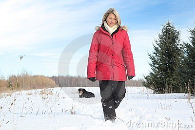 Frau, die mit Hund geht
