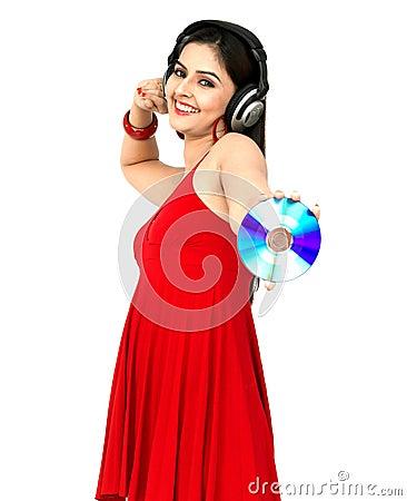 Frau, die Musik genießt