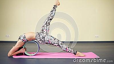 Frau, die Rückenmuskulatur und Yoga ausdehnt, um Sitz zu bleiben und flexibel übt stock video footage