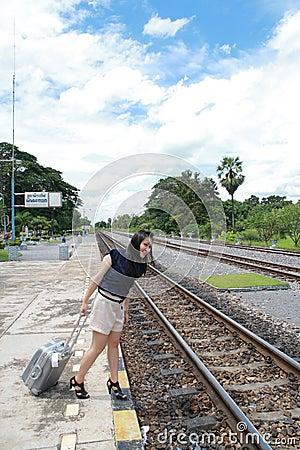 Frau, die Reisen von dort mit ihrem Gepäck lässt